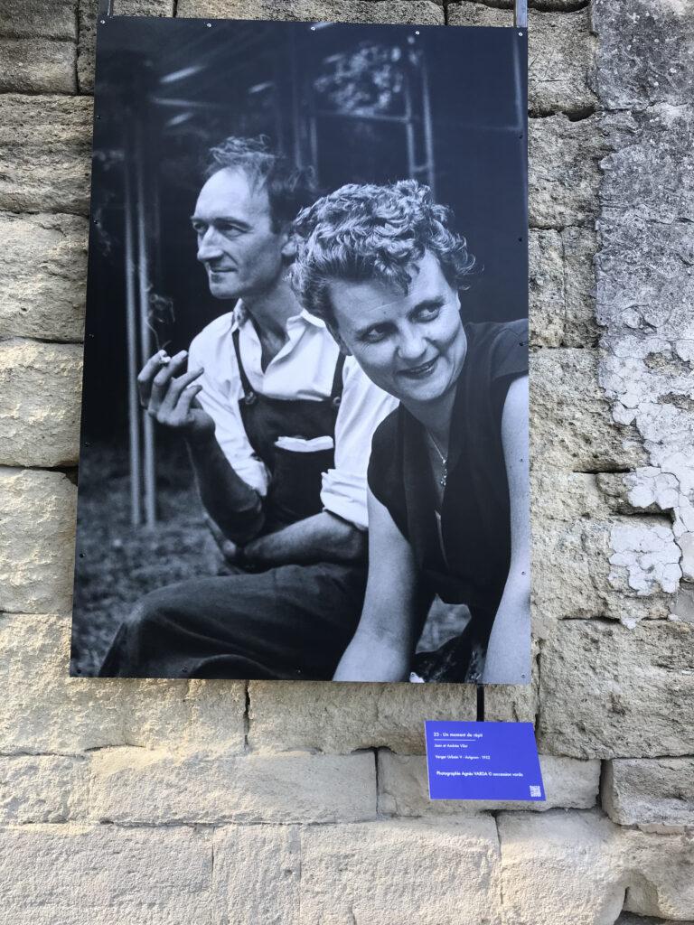 Un moment de répit. Jean et Andrée Vila - verger Urbain V - Avignon 1952 Photographie Agnès Varda (c) succession Varda