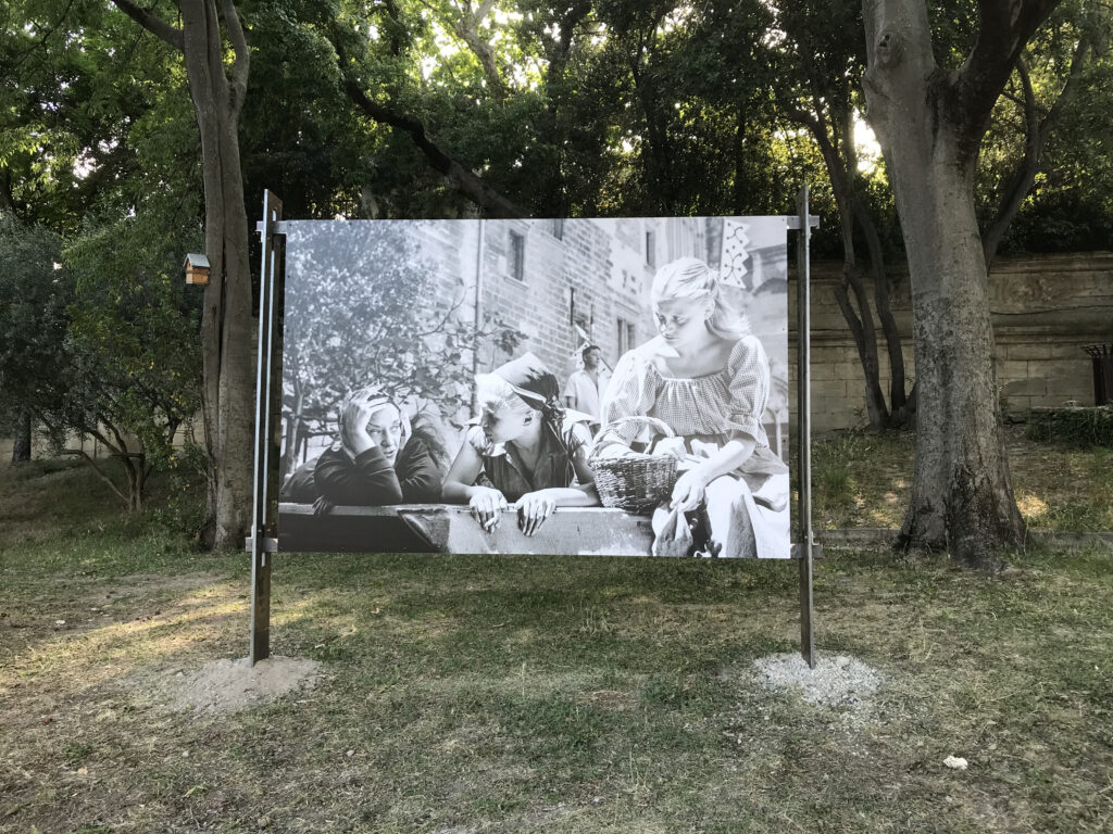 Pause entre deux répétitions - Maria Casarès, Silvia Monfort et Christinae Minazzoli - Cour d'honneur du Palais des Papes - Avignon 1954 -,Photographie Agnès Varda (c) Succession Varda
