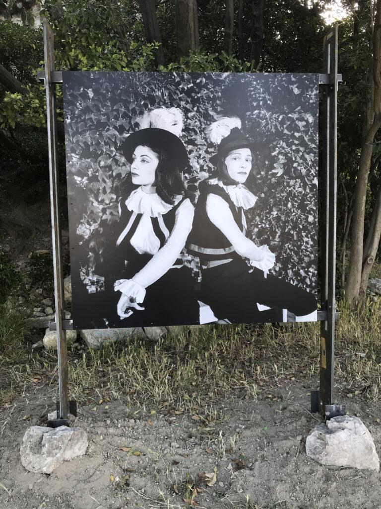 La Calandria, scène en costumes  Françoise Spira et Jean Négroni  Verger Urbain V – Avignon – 1951 Photographie Agnès VARDA © succession varda