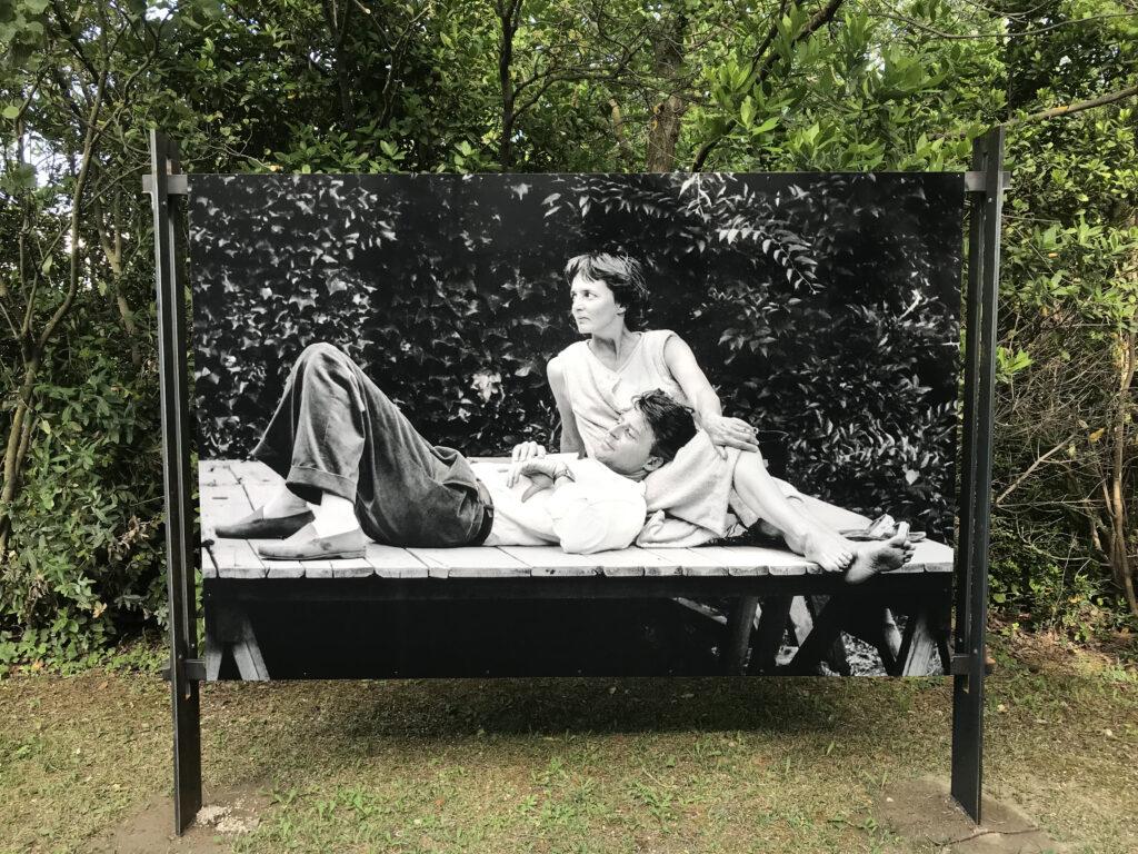 Entre deux répétitions- Gérard et Anne Philipe. Verger Urbain V - Avignon 1958  Photographie Agnès Varda (c) Succession Varda