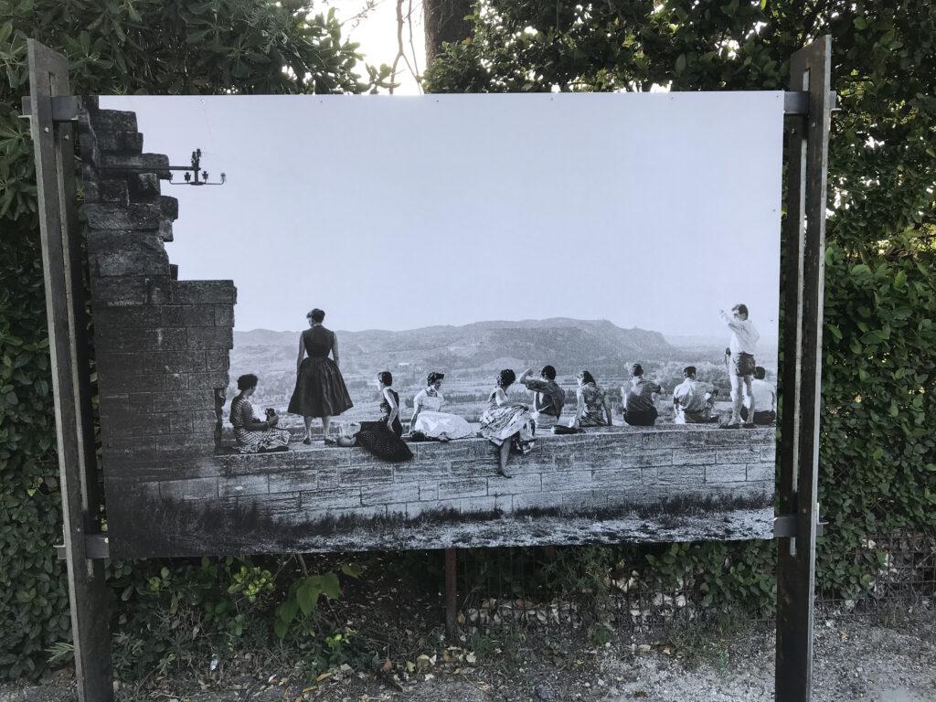 Visite au Fort Saint-André Participants des Rencontres internationales de jeunes Villeneuve-lès-Avignon – 1956 Photographie Agnès VARDA © succession varda