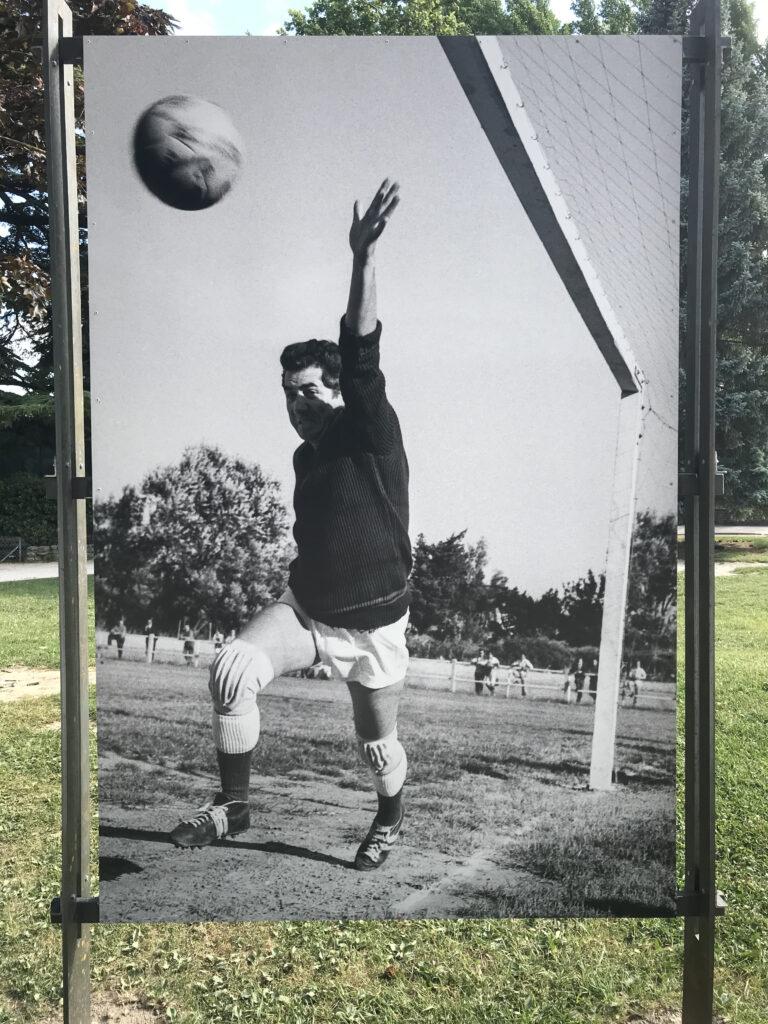 Match de foot annuel entre l'équipe du TNP et l'Olympique Avignonnais Daniel Gélin Stade Bagatelle, Ile de la Barthelasse – Avignon – 1960 Photographie Maurice COSTA