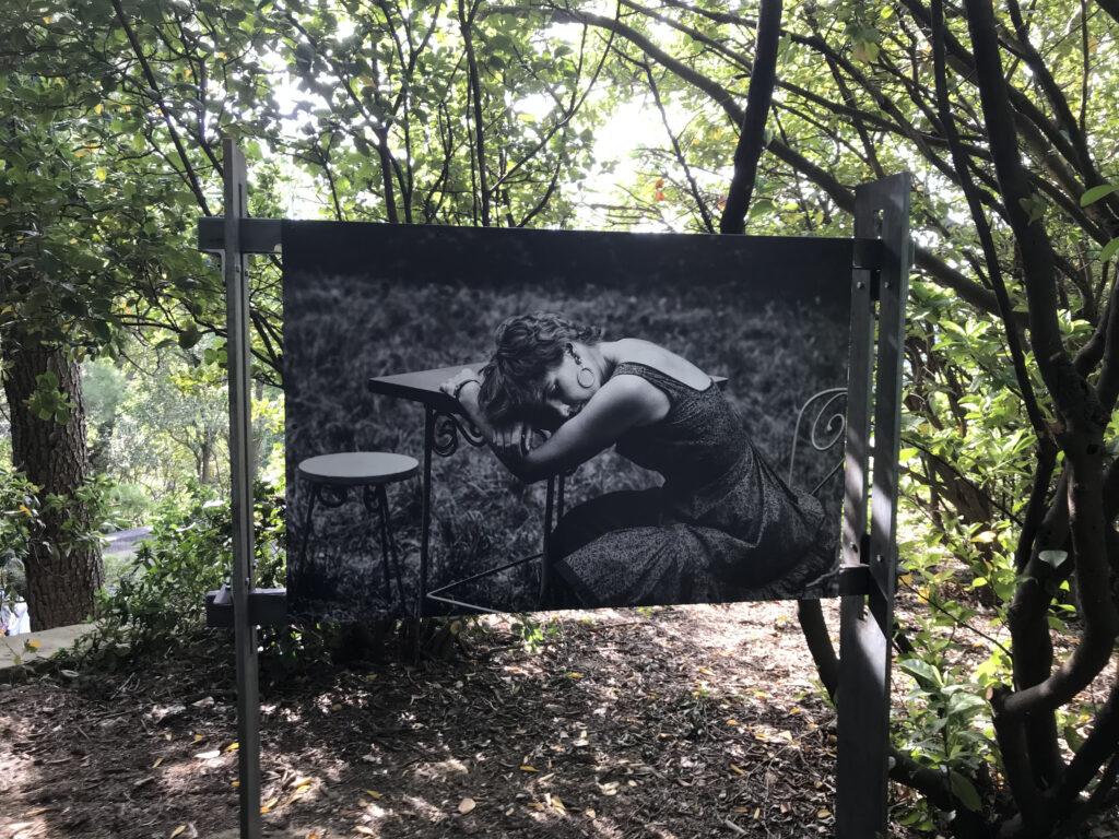 Les Caprices de Marianne, en pause Zanie Campan Verger Urbain V – Avignon – 1958 Photographie Agnès VARDA © succession varda