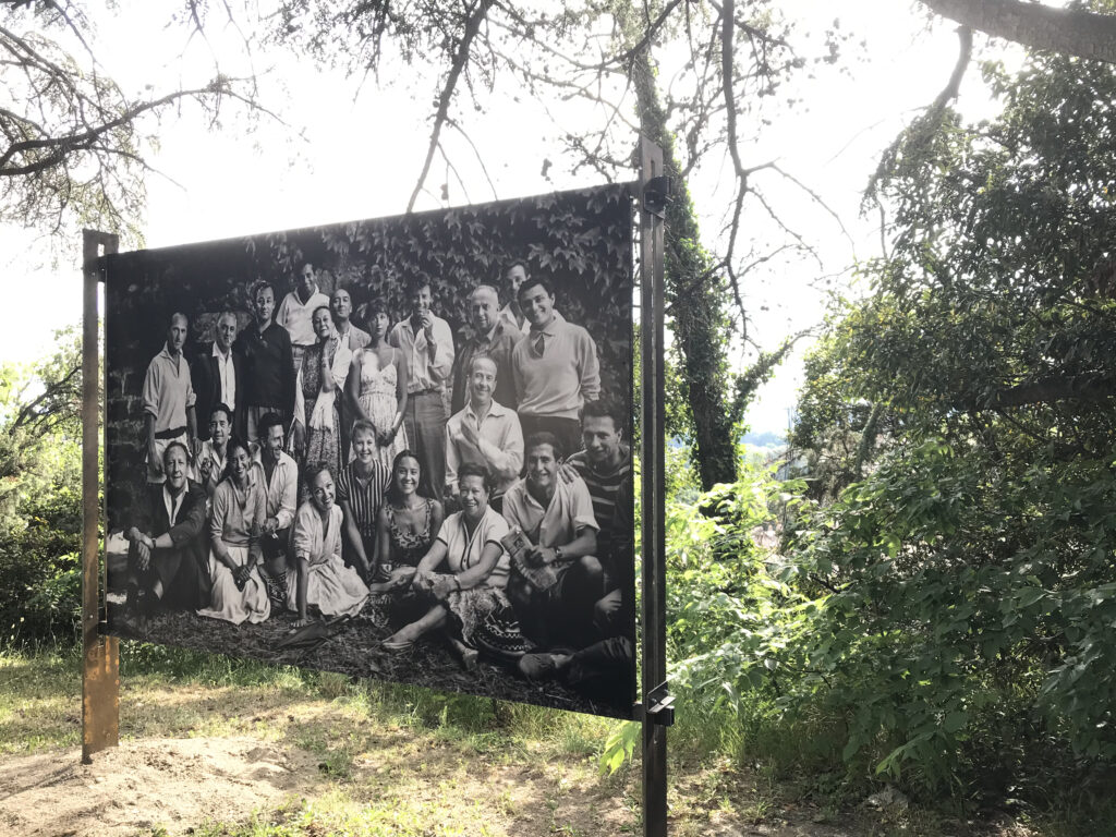 La troupe du TNP Verger urbain V – Avignon – 1958 Photographie Agnès VARDA © succession varda