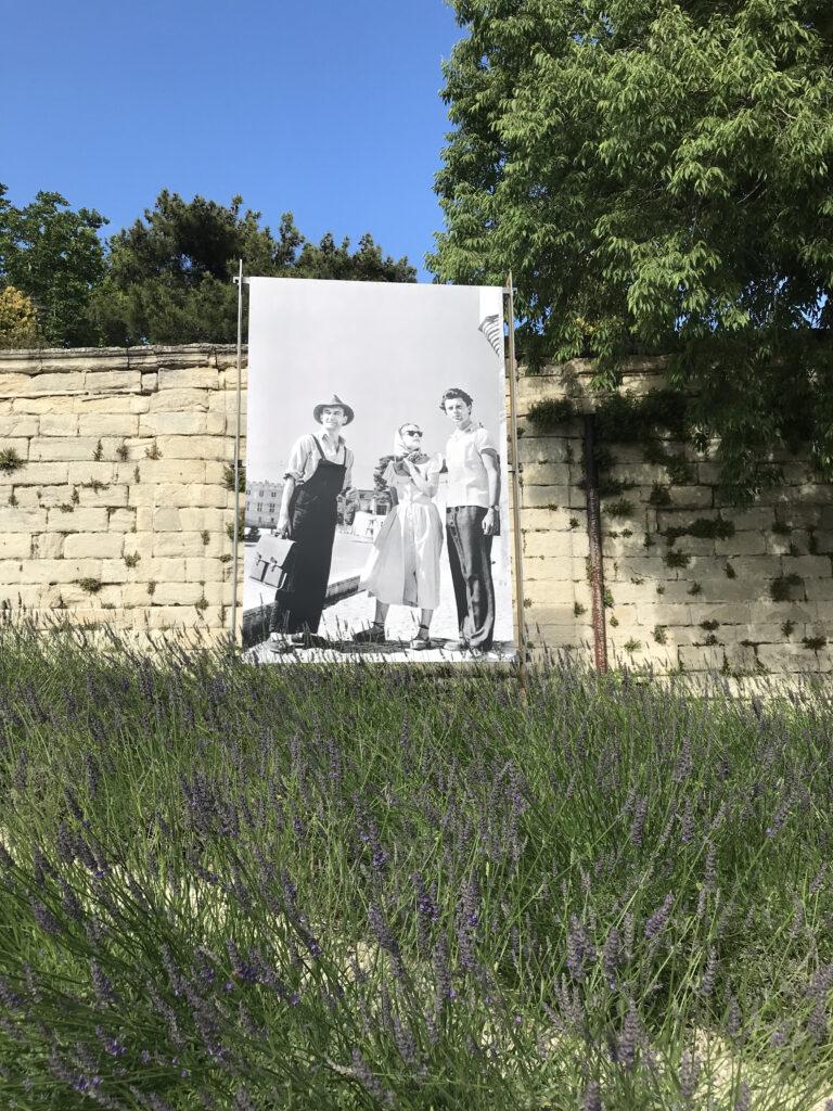 5ème Festival d'Avignon - création du Prince de Hombourg. Jean Vilar, Jeanne Moreau et Gérard Philipe- Parvis du Palais des Papes - Avignon - 1951 - Photographie Serge LIDO (c) Sipa Press